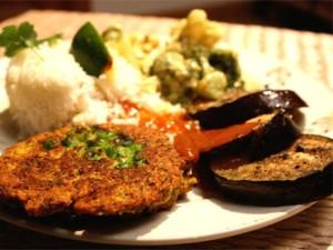 http---recept-nu.s3.amazonaws.com-images-vegetarisk-tallrik-med-mungbonplattar-het-aubergine-och-chutney